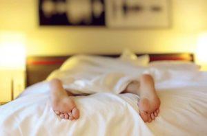 Mujer boca abajo con trastornos de sueño consecuencias del teletrabajo