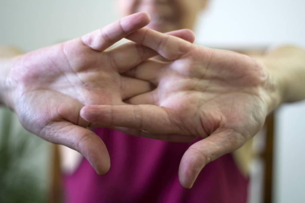 crujiendo nudillos de las manos