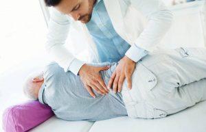 Quiropractico Profesional ajustando espalda
